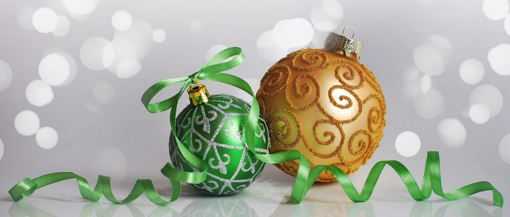 Christmas ornaments, one green and one gold. Credit: cloisy/Pixabay